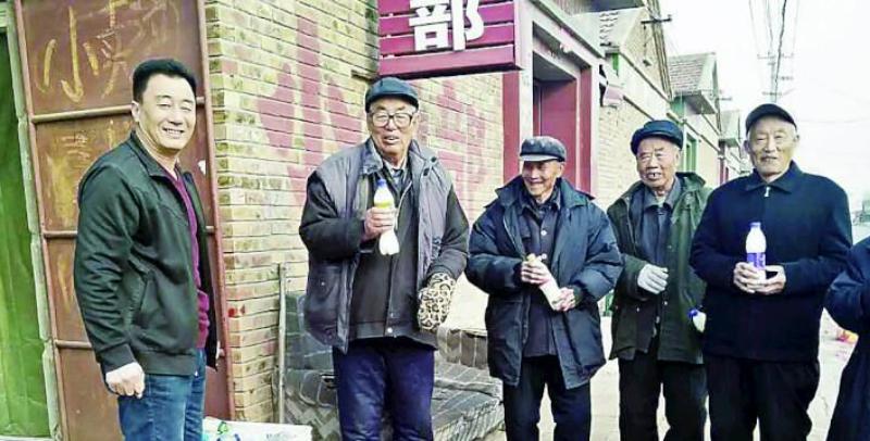 坚守约定 青县奶农为八旬老人免费送奶