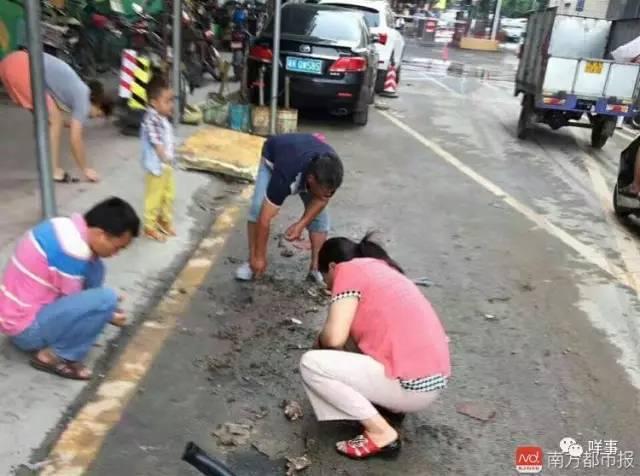 大水冲了广州珠宝城 市民争相挖泥寻宝