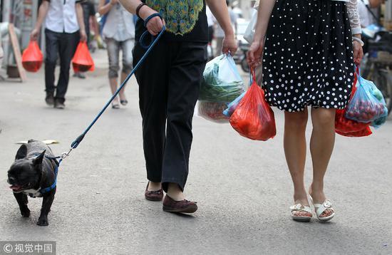 """2010年6月3日,北京""""限塑令""""发布两周年,农贸市场仍然是限塑死角/视觉中国"""