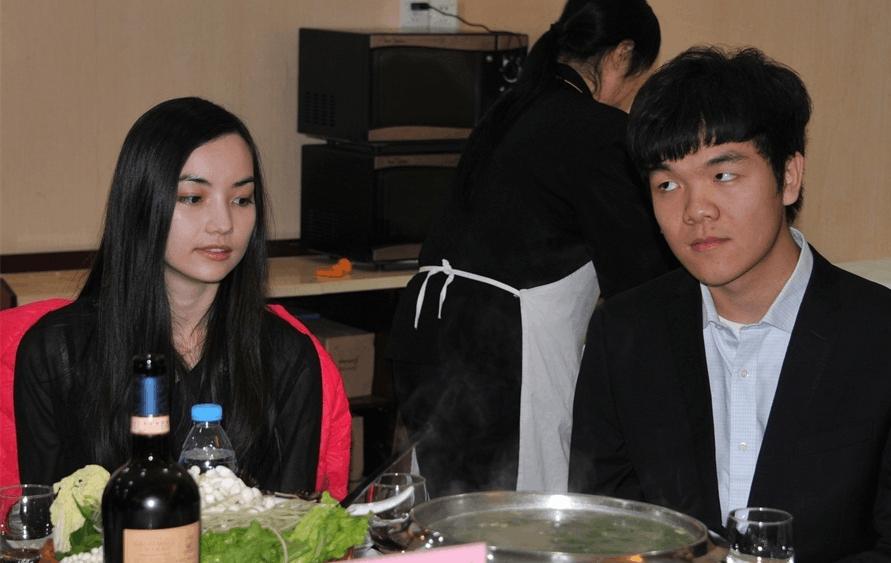 中国围棋的推广全靠柯洁和黑嘉嘉。