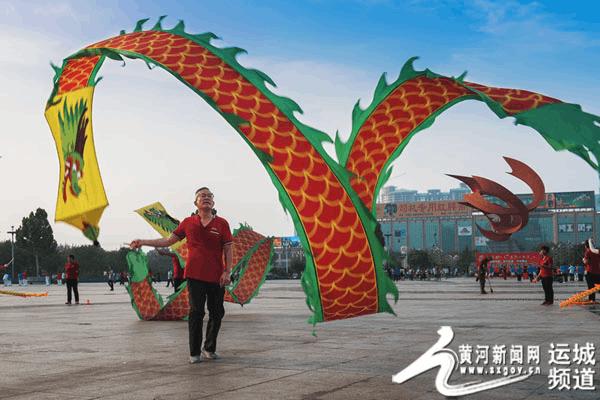 全民健身日 运城空竹队广场展示才艺