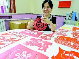 太原剪纸达人创作红色剪纸颂党情