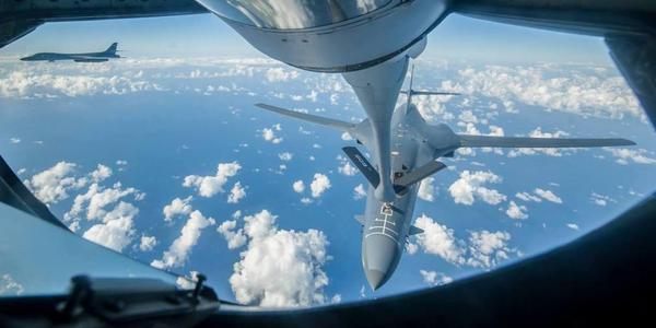美军B-1B在东海上空进行空中加油