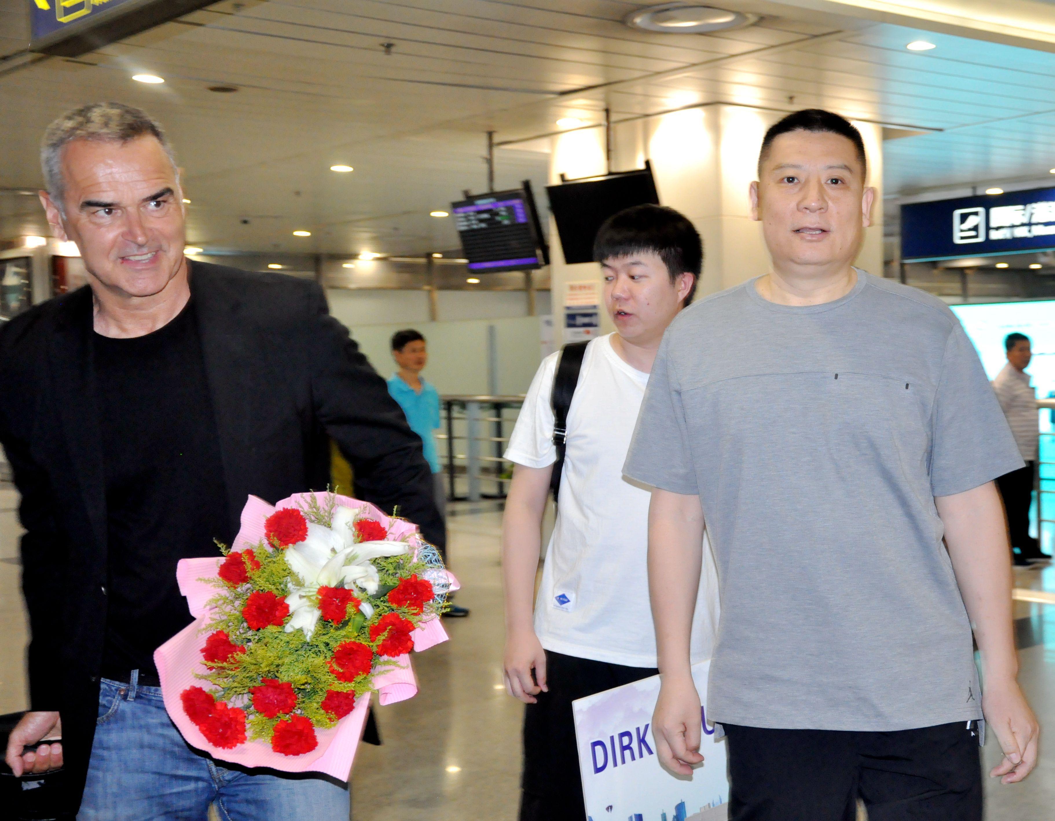 鲍曼抵四川与球队会合 不歇!放下行李直奔训练场