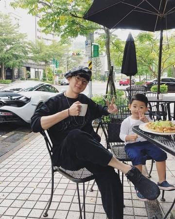 林俊杰和干儿子街头拍照 被后方豪车抢镜!