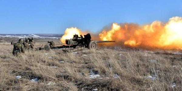 老式100毫米反坦克炮发射时动静太大了