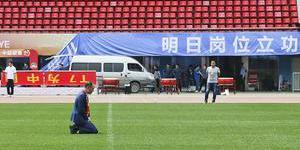 张外龙执教建业 球场下跪祈祷顺利