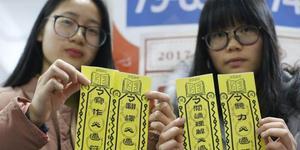 """杭州大学生领包裹竟获赠英语四六级""""必过符"""""""
