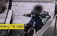 """深圳""""熊孩子""""骑单车坐自动扶梯 连人带车滚下"""