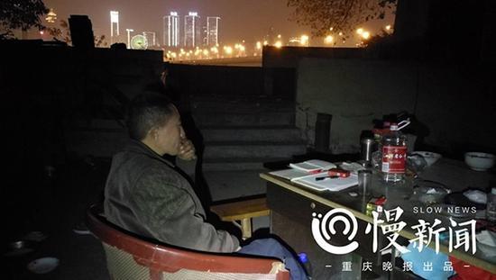 再访桥洞彩票男:欲出书赚800亿 仍瞧不起李嘉诚
