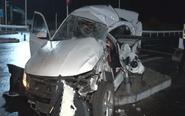 """两车相撞女孩被卡 交警""""撕车""""救人"""