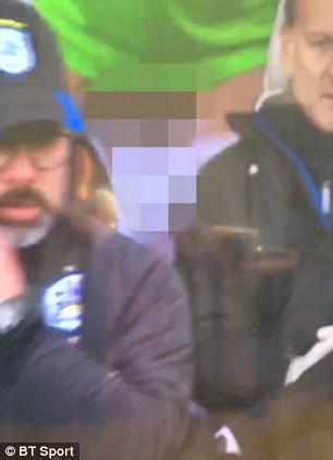 英超球员场边脱球裤竟被全程直播 满屏都是尴尬