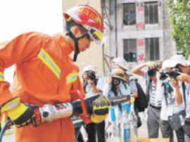 阳春市公安消防大队举行消防演练 实在太酷了!