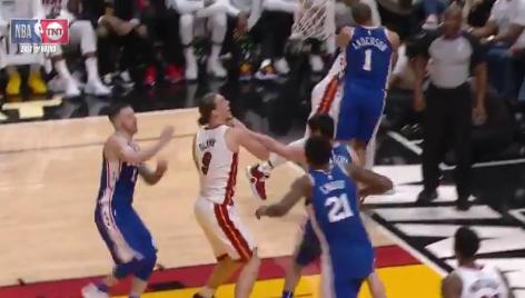 【影片】狠!小將擒抱Wade反被一把拽翻摔倒, 二者貼臉怒噴!-Haters-黑特籃球NBA新聞影音圖片分享社區