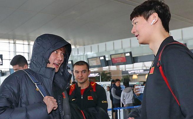 男篮出征韩国 小丁王哲林眉目传情