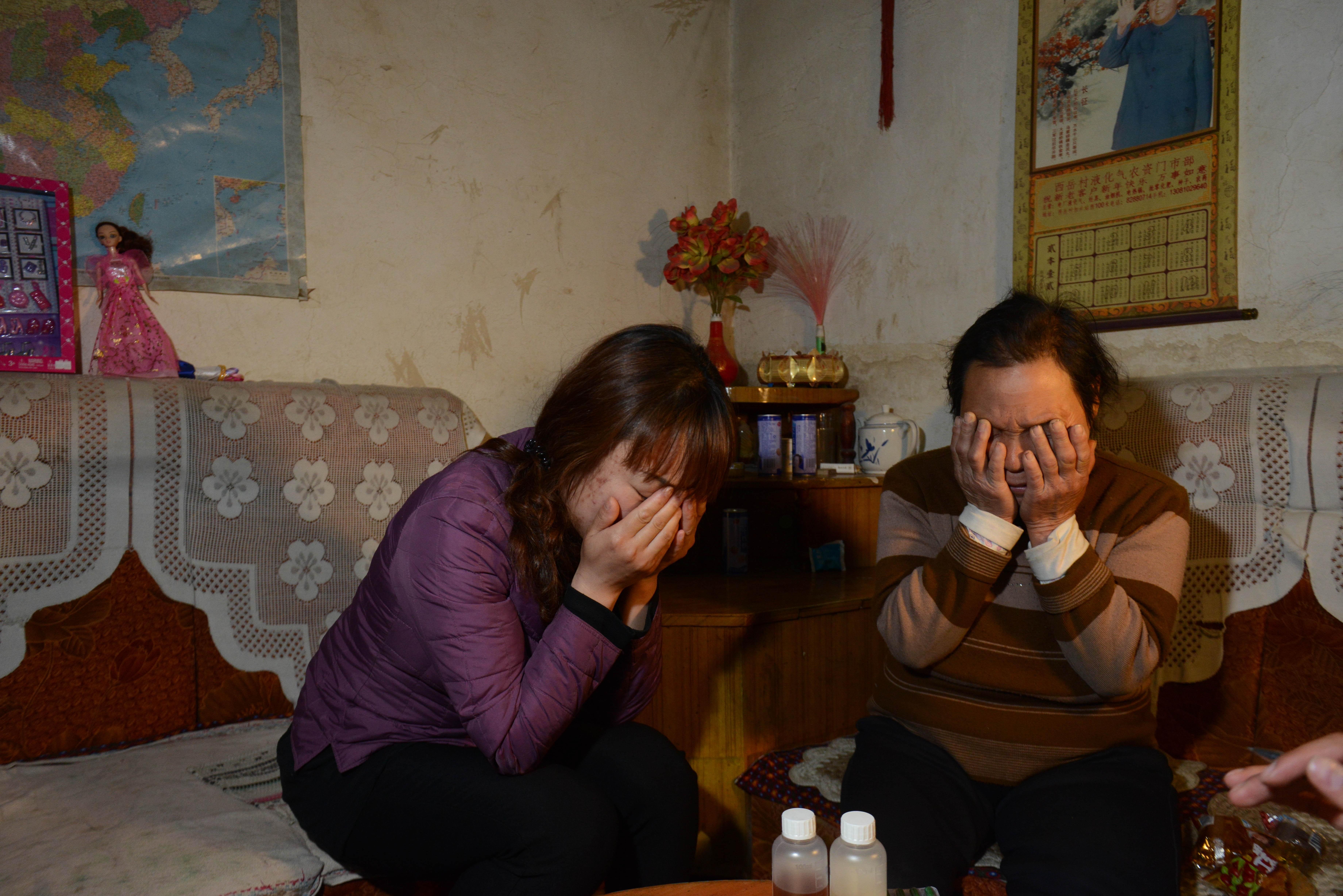 2013年5月2日,河北平山县,中毒身亡孩子的家人痛心不已。/视觉中国