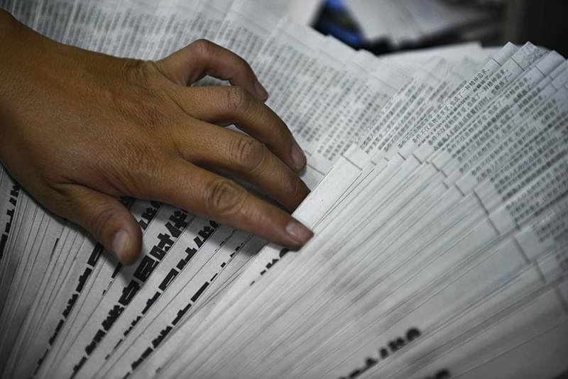 2012年09月27日,云南省昆明市,邮递员正在整理报纸报刊,每天这样的动作都在不断重复。