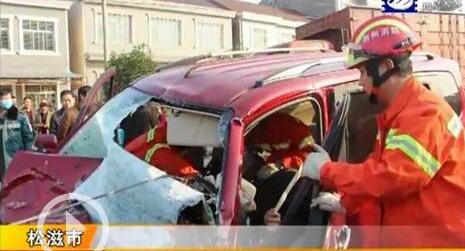 两车相撞面包车严重变形司机被卡 多部门协作救人