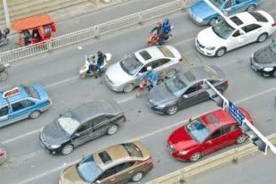 咸宁交叉路口下班高峰车流密集 两车互不相让酿车祸