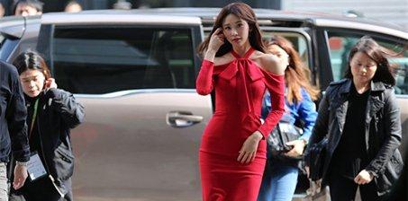 林志玲穿红色露肩裙亮相 女神范儿十足