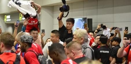 阿森纳全队抵达北京 枪迷接机热情似火