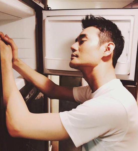 王凯对着冰箱享受冷气