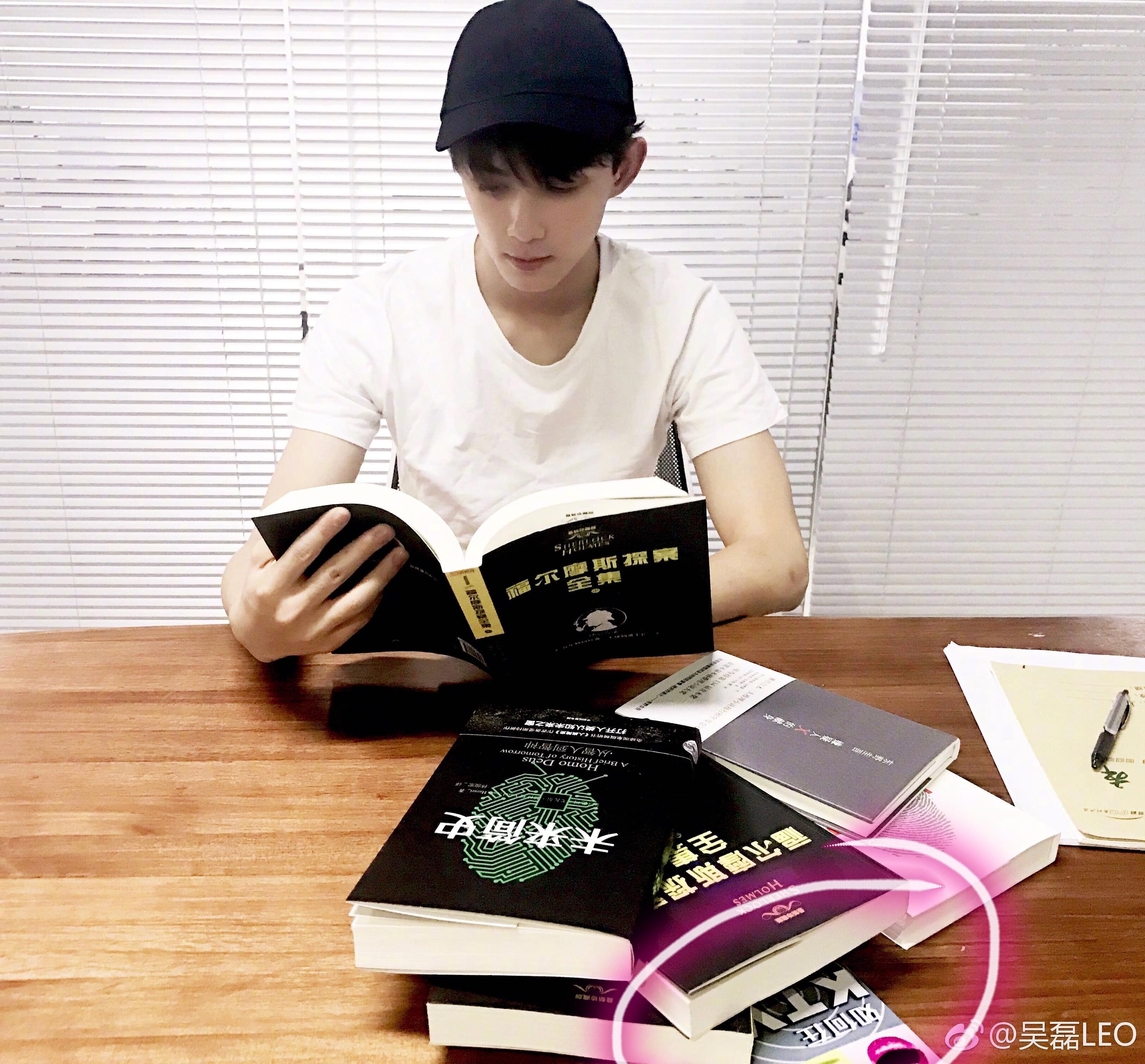 吴磊为《明星大侦探3》读侦探小说 旁边的书亮了