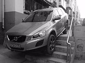 """太原:汽车不走寻常路 司机居然开车""""下楼梯"""""""