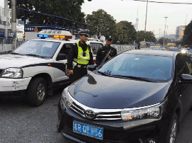广州一周查扣过百外地网约车 有司机摔手机毁证据