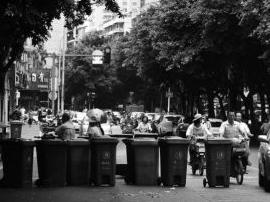 垃圾桶晚上排排站  占了一半车道影响交通