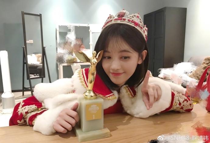 鞠婧祎总选夺冠开心晒照 美就一个字!