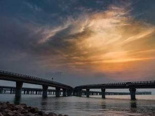 夜晚青岛跨海大桥蓝色天空的美景