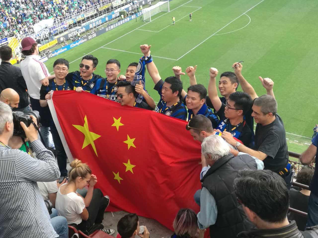 直击-日本女记者簇拥:米兰属于中国 会卖本田吗?