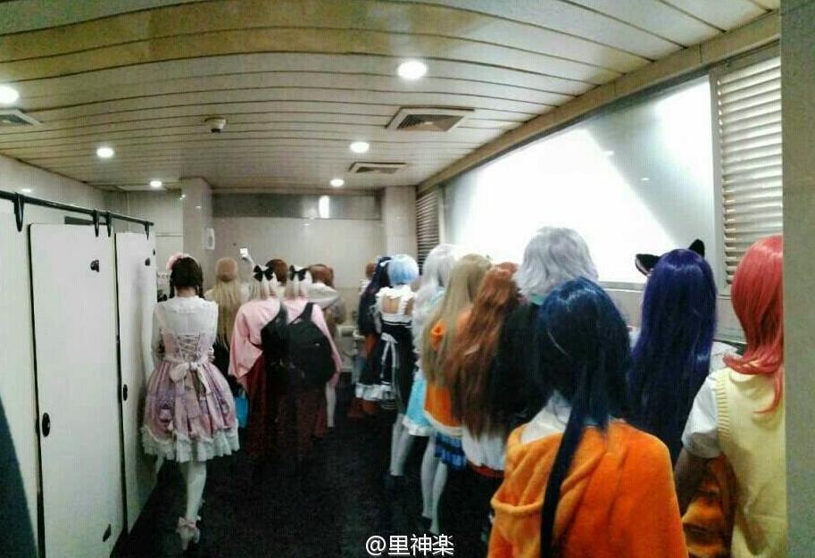 昨天武汉漫展的男厕所。