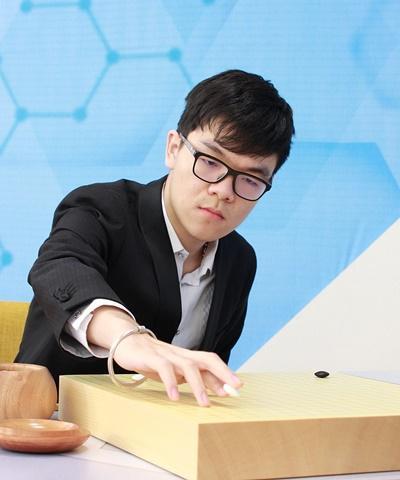 柯洁:职业棋手与AI的差距没那么大 顶多让三子