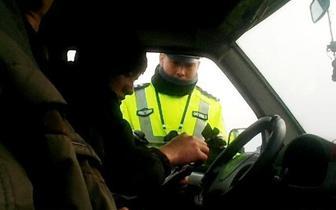 司机无证驾驶  高速匝道换位置被重罚