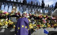 英民众献花悼念恐袭遇难者