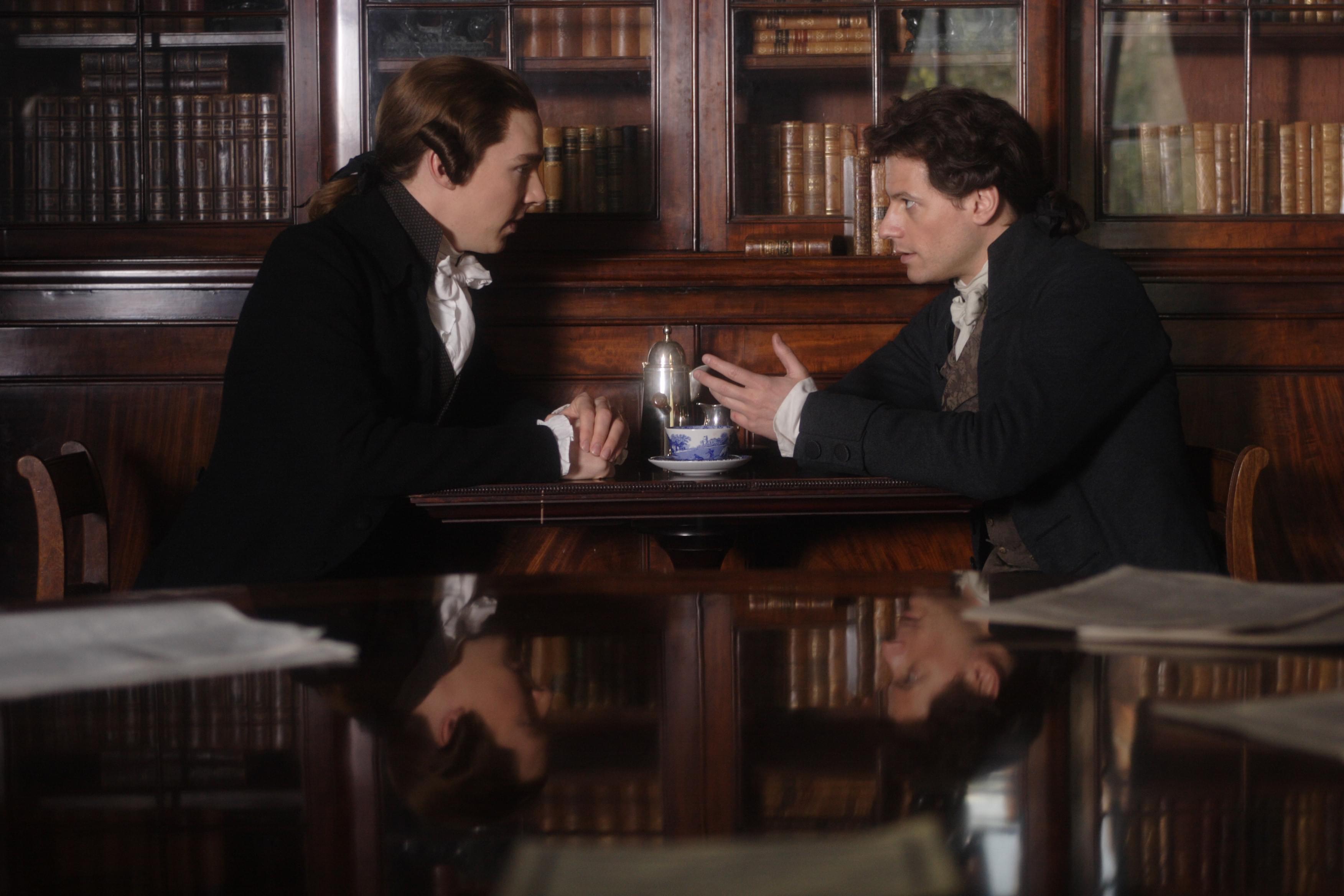 2006年的同名英国电影《奇异的恩典》讲的就是这段故事,本尼迪克特·康巴贝奇和艾恩·格拉法德在其中分别饰演小威廉·皮特、威廉·威伯福斯。/影片官方剧照