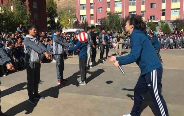 惠若琪青海支教亲手教排球
