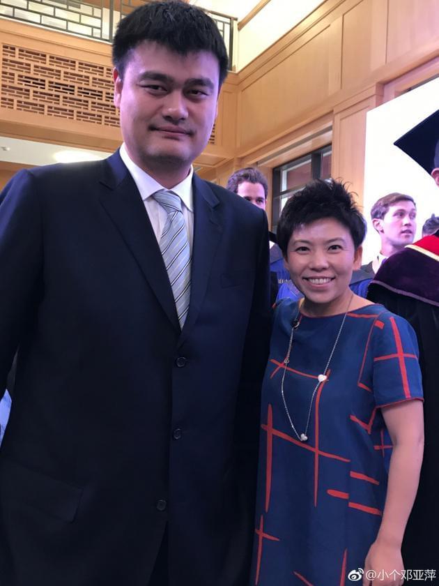 邓亚萍与姚明合影到肩膀 网友调侃其踩在凳子上