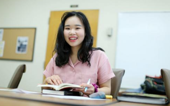 最年轻毕业生 美华裔女孩获颁洛杉矶州大双学士