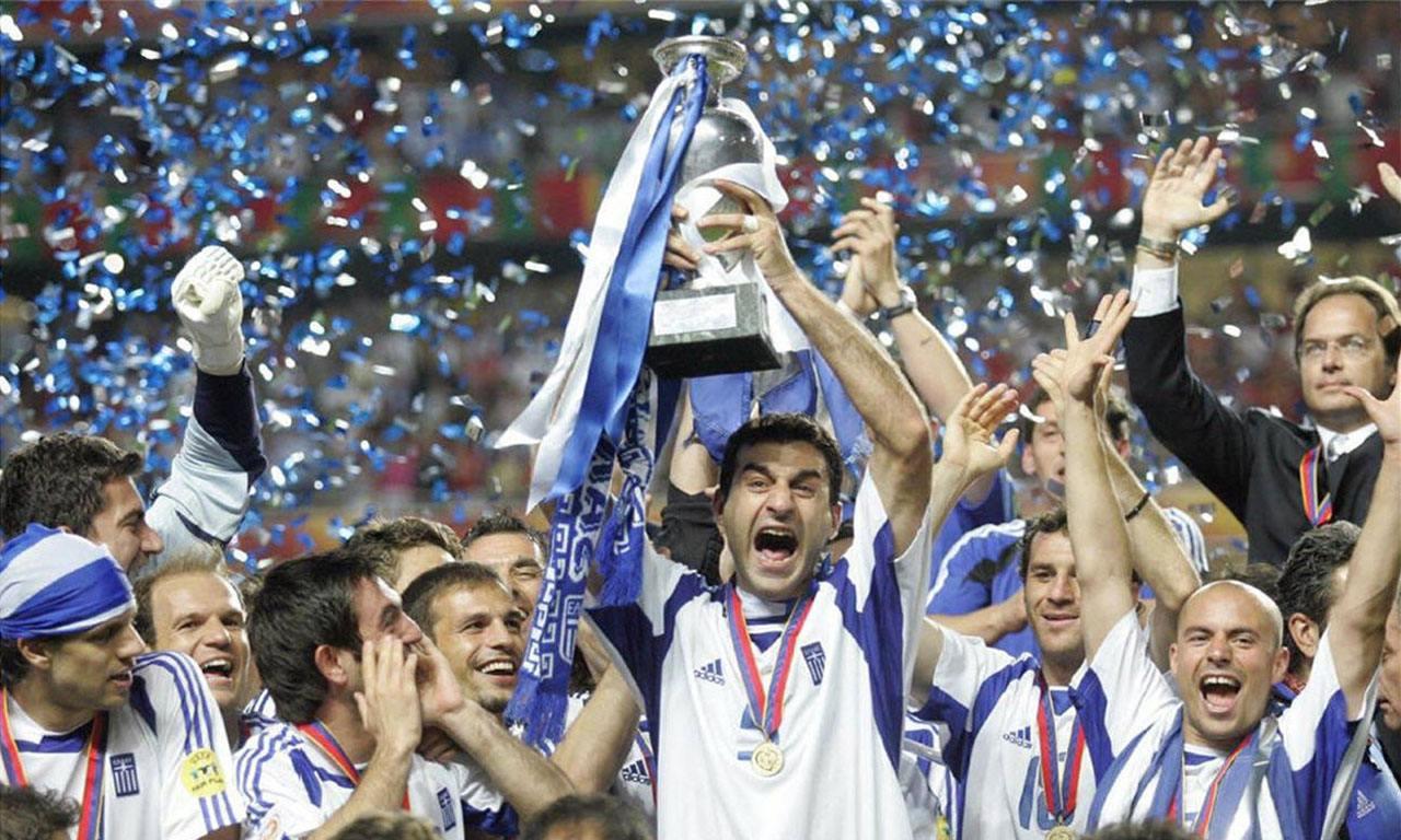 希腊男足在2004年捧起欧洲冠军杯。