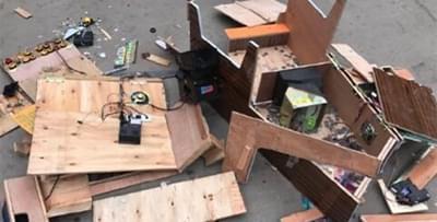 民警在一超市内发现两台赌博机 依法销毁