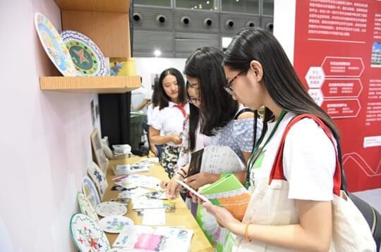 参观者在欣赏学生们的作品。