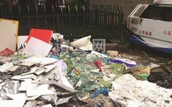 老汉将废品袋堆满人行道 热心城管买下废品清理占道