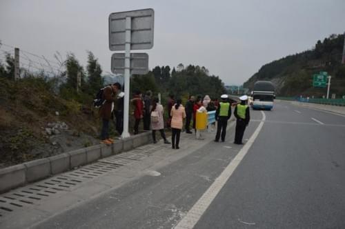 大客车出故障 26名旅客滞留遵赤高速