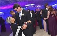 男生邀癌症晚期外婆做舞伴