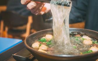 南京人下雨都排队的鸭血粉丝汤是什么样?
