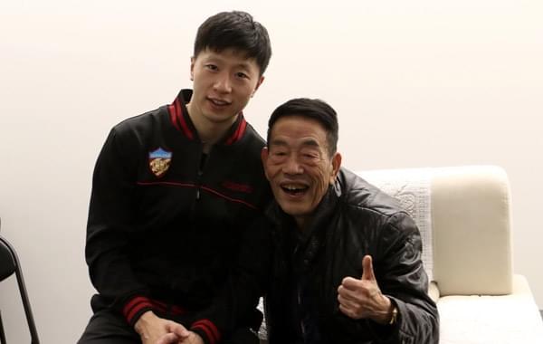 乒超马龙率权健完胜四川 赛后与杨少华合影