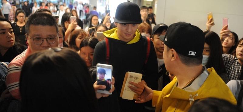宁泽涛现身机场遭围堵 面对镜头羞涩微笑